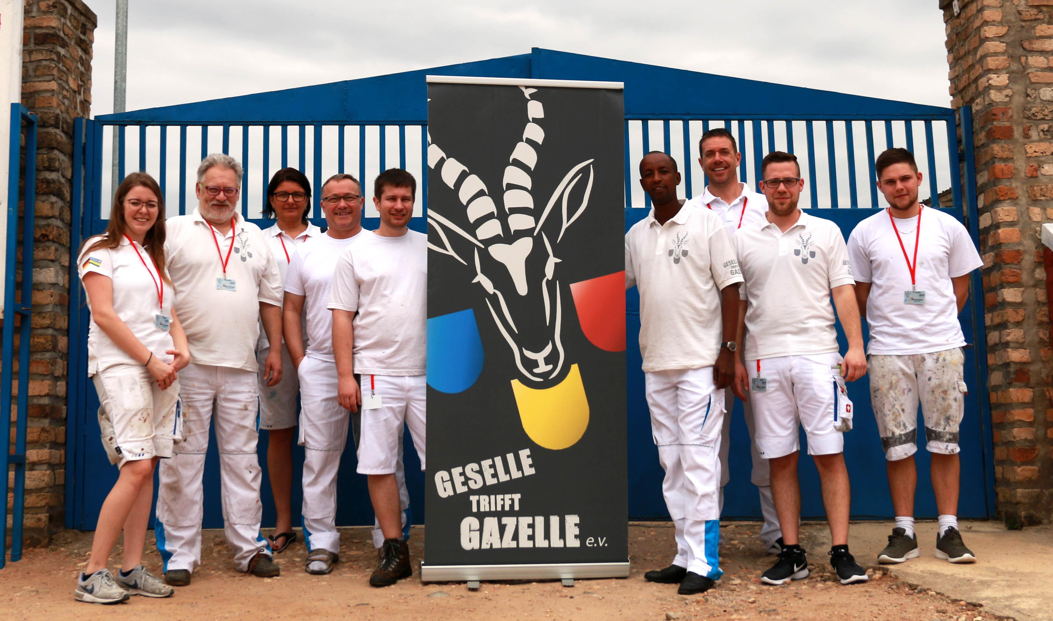 Gruppenfoto der Reisegruppe 2019 vor dem Einfahrtstor von HVP Gatagara
