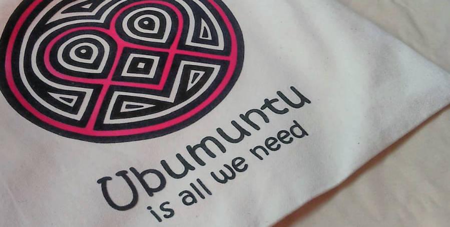 """Tasche und T-Shirt mit einem Logo und Schriftzug """"Ubumuntu is all we need"""""""